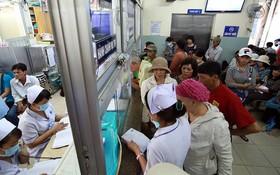 市腫瘤醫院的患者家屬排隊等候支付院費。