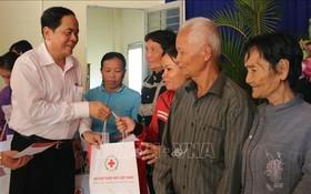 越南祖國陣線中央委員會主席陳清敏前往安江省探望並向若干貧戶、優撫家庭及落葉劑受害者拜年。(圖源:越通社)