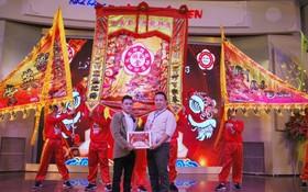 徐梓衡(左)向林日民(右)贈送感謝狀。