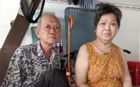 馮強與右邊身癱瘓的太太。