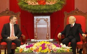 黨中央總書記、國家主席阮富仲(右)接見澳大利亞參議院議長里安。(圖源:越通社)