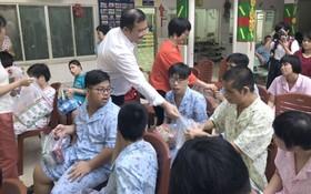 中國商會的愛心團向舊邑郡兒童輔育中心的殘疾兒童和孤兒們贈送禮物。