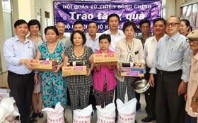 崇正慈善會館代表向貧戶贈送禮物。