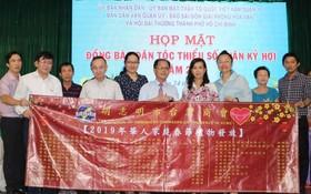 本報與本市台商會代表和第十郡領導向華人贈送禮物。