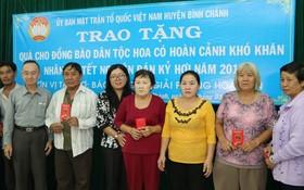 范興主任與許氏芳紅副主席向華人貧困戶贈送利是。