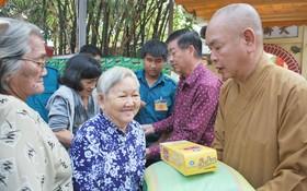 龍華寺住持釋慧功向窮人贈送歲暮禮物。