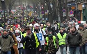 當地時間1月19日,巴黎遭遇自2018年11月以來的第十輪示威。圖為示威遊行隊伍當天穿過巴黎市中心。(圖源:互聯網)