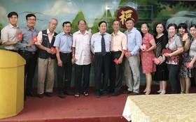 崇華(歐姬)華文中心董事會已向校政主任、教師們派發紅包。
