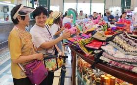 外國遊客參觀市郵政局。