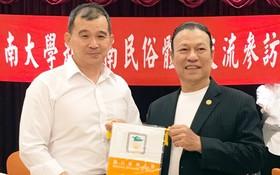 蔡宗信教授(左)向劉劍昌師傅贈送紀念品。