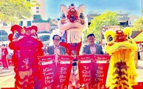 時代廣場股份公司總經理張豐裕(左)主持 開張儀式。