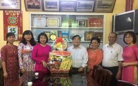 市婦聯會贈送禮物給福建二府會館。