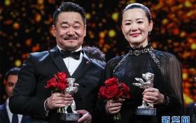 中國演員王景春(左)和詠梅合影。(圖源:新華社)