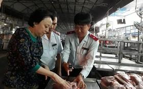 職能力量對福門集散市場的豬肉品質和來源進行檢查。(圖源:成安)