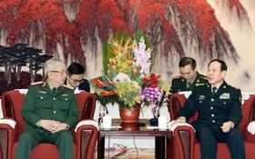 國防部副部長阮志詠上將(左)19日已禮節性拜訪中國中央軍委委員、國務委員、國防部部長魏鳳和上將。(圖源:越通社)