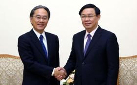 政府副總理王廷惠(右)接見日本AEON財政勞務公司(AFS) 董事長鈴木正樹。(圖源:VOV)