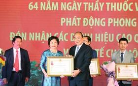 政府總理阮春福向白梅醫院醫生頒授高貴獎項。(圖源:越通社)