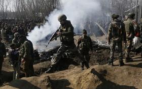 一架印度戰機昨27日遭巴基斯坦擊落,墜毀在印度控制的克什米爾郊區。  (圖源:AP)