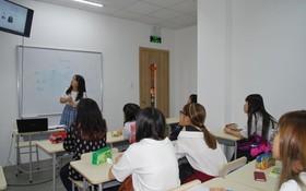 參加培訓班的學生聆聽教師講述 HSK 考試規則。