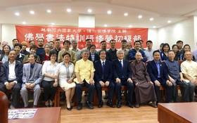河內國立大學領導、貴賓及學員與潘慶忠教授 (前排左五)在開幕上留影。