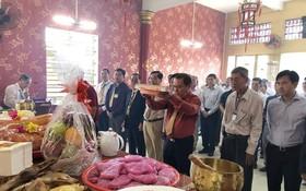 林松耀理事長與全體理監事拜祭祖先。