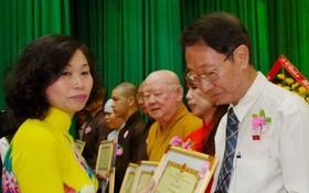 郡人委會主席陳氏碧蓮向華人單位頒發獎狀。