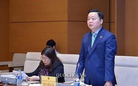 資源與環境部長陳紅河(右)在會議上發言。(圖源:Quochoi.vn)