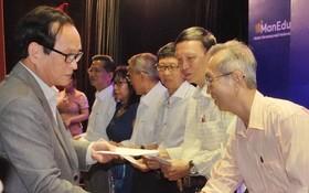 萬盛發集團代表張豐裕向華文教師 贈送醫保卡代金。