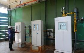 Sawaco工作人員在自來水廠檢查供水控制系統。(圖源:T.T.D)