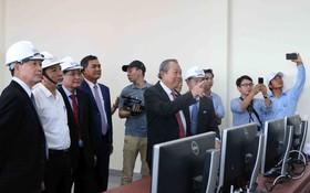 張和平副總理參觀太陽能發電廠。(圖源:越通社)