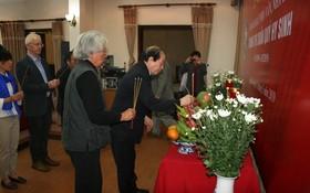 越南作家協會領導上香緬懷文學家、新聞工作者、烈士楊氏春貴。(圖源:友都)