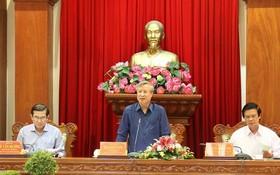 黨中央書記處常務書記陳國旺(中)在會上發表講話。(圖源:越通社)