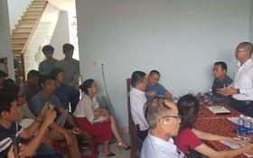 數百名民眾昨(15)日前往峴港市的黃一南不動產勞務股份公司辦事處,要求解決購買地皮者的權利。(圖源:Đ.C)