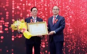 市委書記阮善仁轉授二等勞動勳章給華人企業家楊文德(左)。