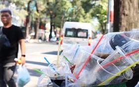 在第三郡第六坊范玉石街上裝滿塑料 杯子和吸管的垃圾桶。