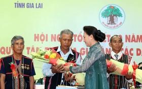 國會主席阮氏金銀送花給各位長老。(圖源:仲德)