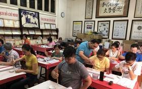 林漢城書法家向學員介紹書法的概念及執筆的技巧。