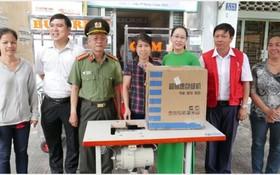 第六坊的華人婦女嚴淑芳獲贈送一台縫紉機,價值760萬元。