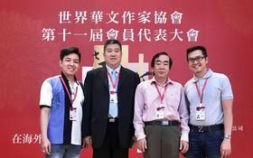 本市作家與世華作協秘書長李東昇(左二)合照。