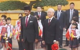 總書記、國家主席阮富仲(前右)主持歡迎汶萊國王隆重儀式。(圖源:山松)