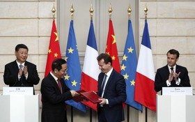 國家主席習近平(左)與法國總統馬克龍(右)共同見證中法雙方簽訂採購空中巴士協議,所涉總額約2730億港元。(圖源:AFP)