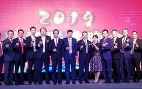 吳駿總領事(左六)與越南中國商會胡志明市分會理監事上台敬酒。