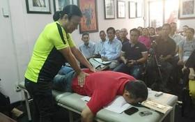 劉劍昌師傅向群眾示範舒緩高齡人腰椎疼痛推拿法。
