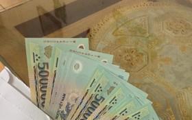 裝有1000萬元現金的信封。(圖源:小韓)