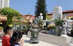 作者的兩個孩子在平西街市內向郭琰遺像鞠躬。