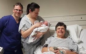 """邁爾斯(右一)今年1月16日成功誕下自己的""""孫女""""埃薇。(圖源:Wales New Service)"""