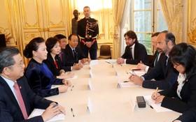 法國總理愛德華‧菲利普(右二)與國會主席阮氏金銀(左二)會談。(圖源:越通社)