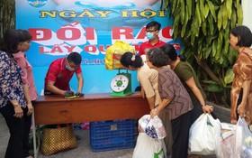 越華居民紛紛從家裡帶來可再製的廢棄物來換取禮物券。