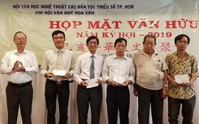 穗城會館理事長盧耀南(左一)向文友頒發獎金。