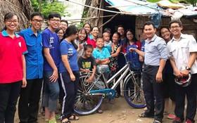 大家動員,募捐為坊的清寒學生贈送自行車。